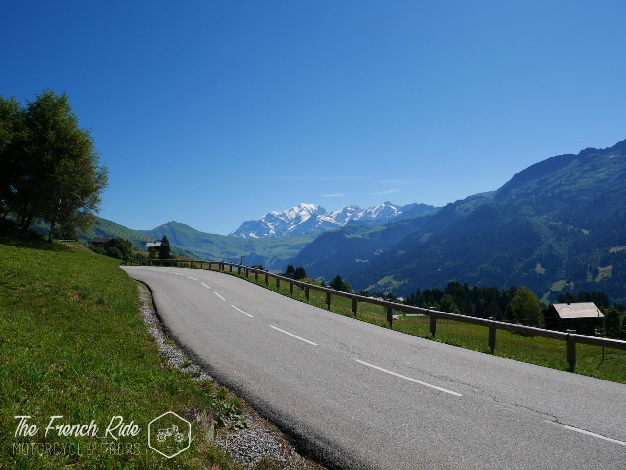balades, week-end, itinéraire tour du mont-blanc moto, road trip et location moto dans les Alpes, le Jura, en Suisse, en France et en Italie.