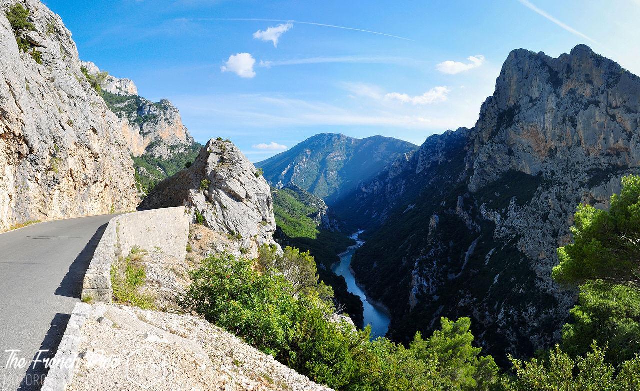 Balade, road-trip et voyage moto dans le sud de la France. Itinéraires moto et road trip moto sur la route des crêtes des gorges du verdon à moto.