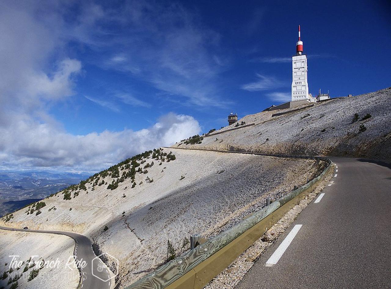 Balade, road-trip et voyage moto dans le sud de la France. Itinéraires moto et road trip moto sur les routes de provence à moto. Mont-Ventoux à moto.